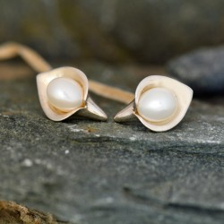 Lily & White Pearl Medium Stud Earrings